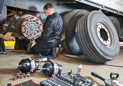 Mitarbeiter wechselt platten Reifen